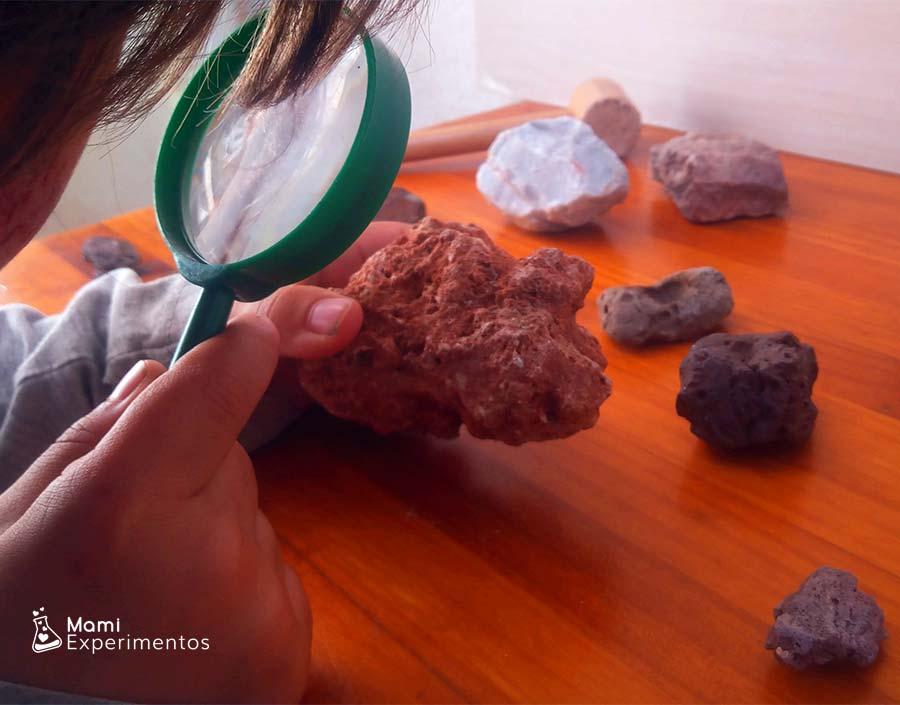 Observando con lupa rocas sedimentarias