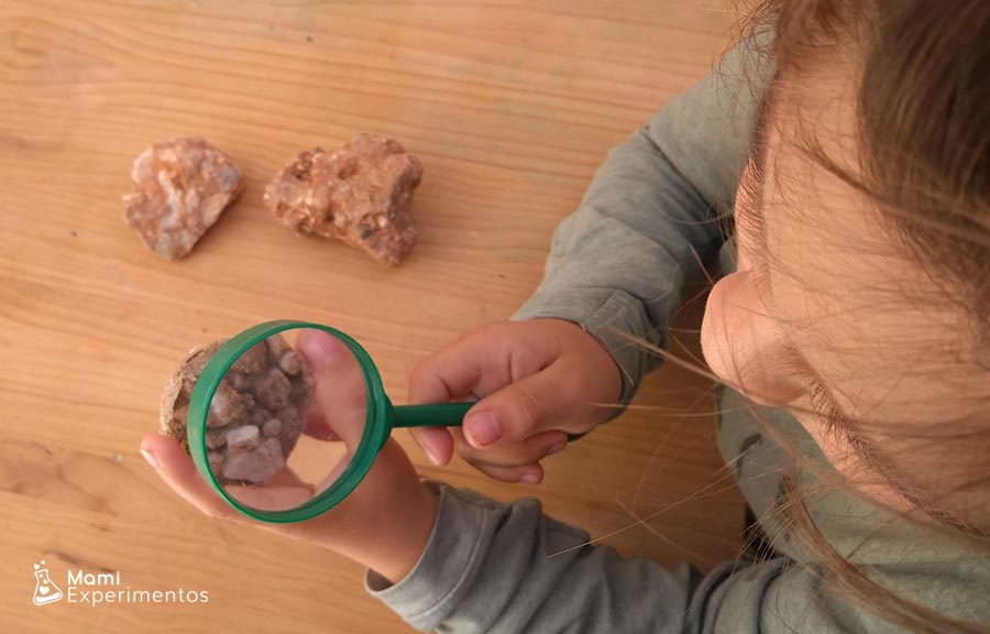 Observando creación de roca sedimentaria casera