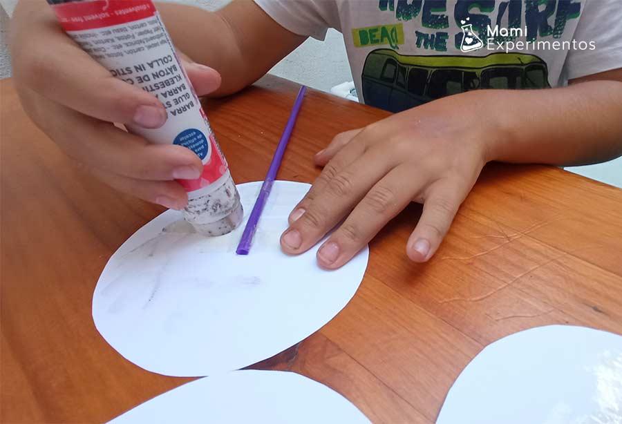 Pegando cartulinas ya dibujadas para taumatropo de ilusión óptica con temática veraniega