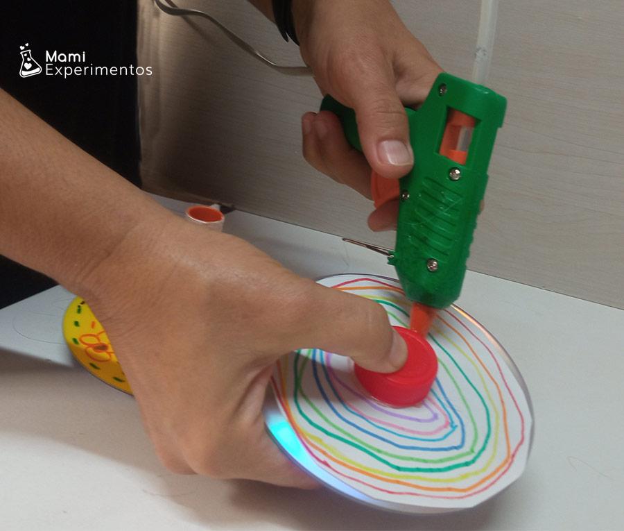 Pegando tapón para sujetar y hacer girar spinner casero