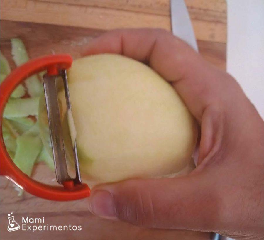Pelar las manzanas para la compota