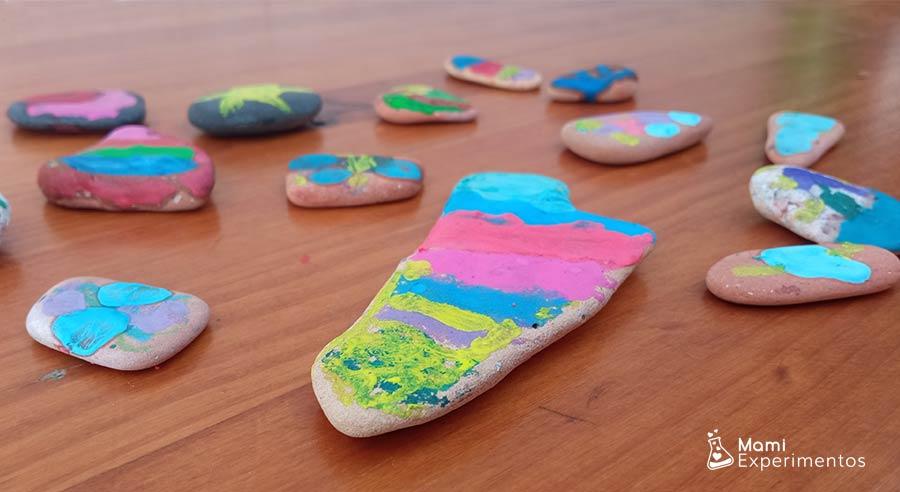 Piedras decoradas con ceras calientes para regalar a amigos