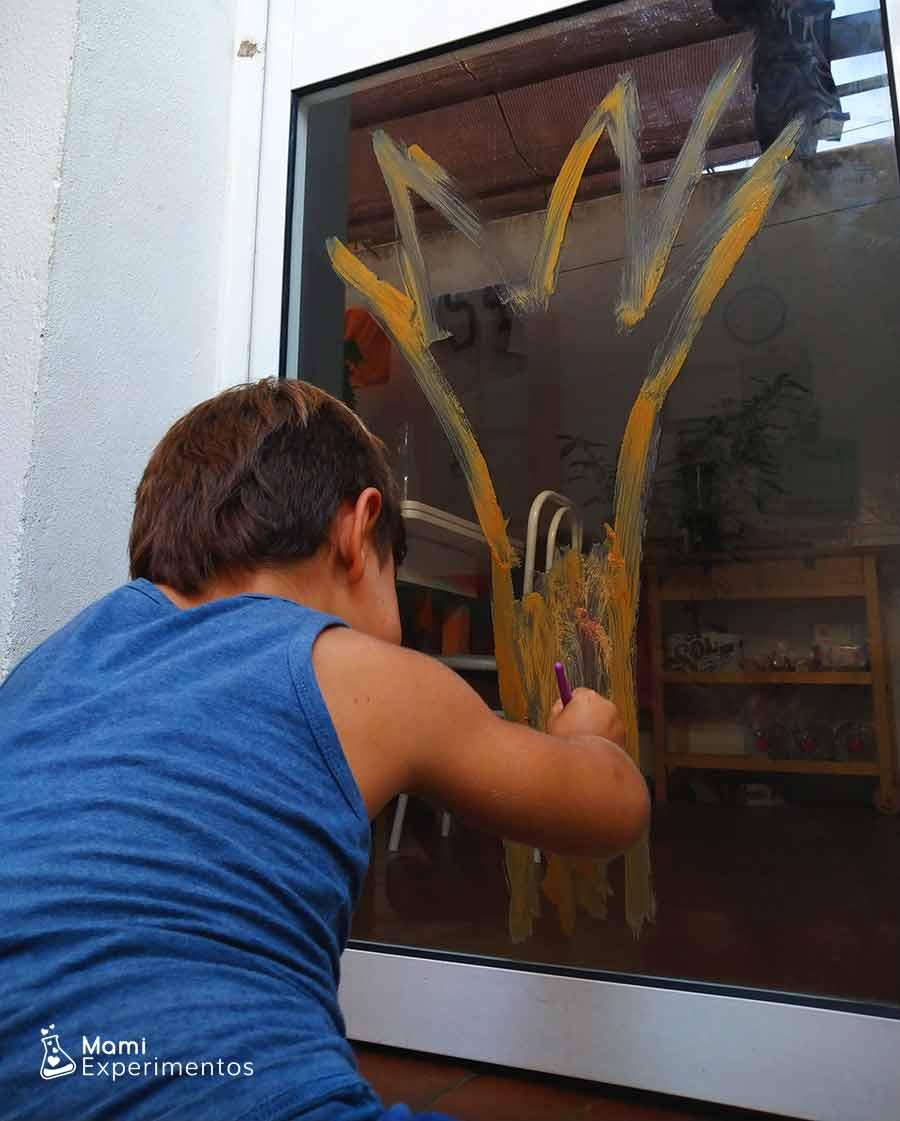 arbol de otoño con pintura para ventana