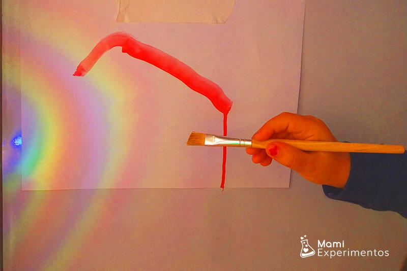 Pintando arco iris que refleja el cd