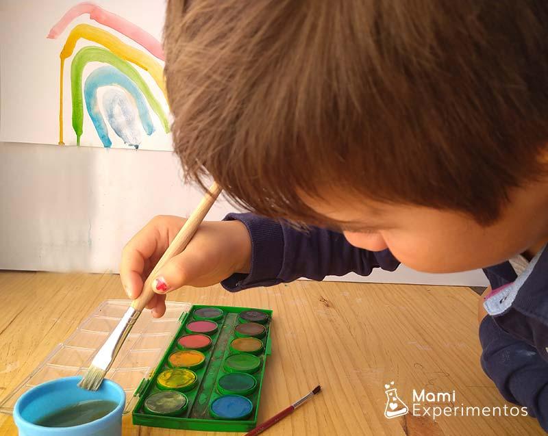 Pintando con acuarelas arco iris en un cd
