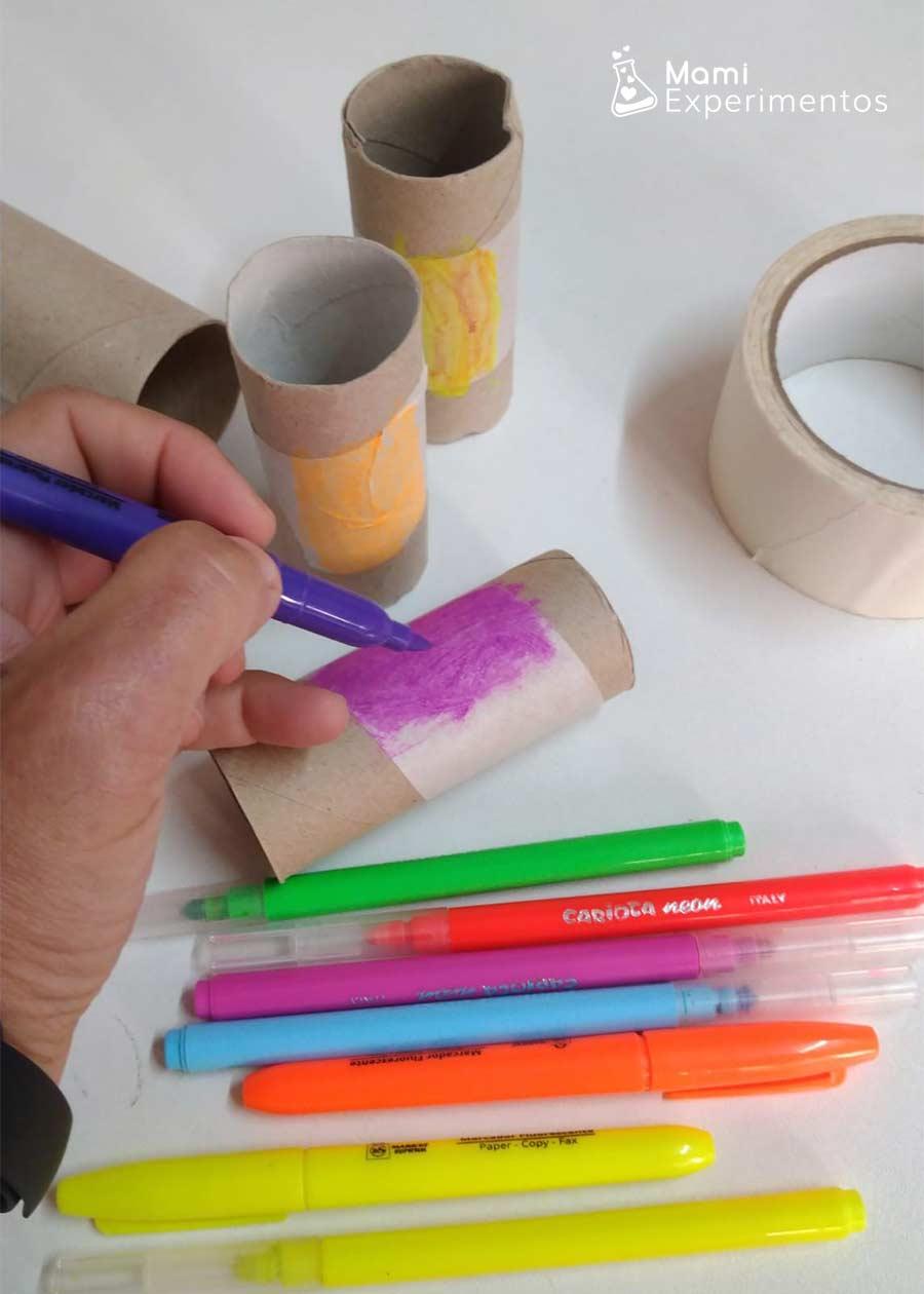 Pintando con fluorescentes rollos de papel para jugar con luz negra
