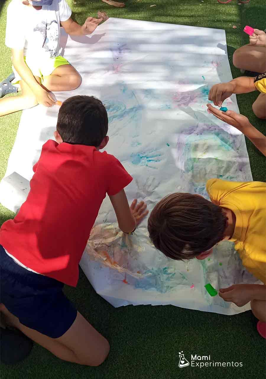 Pintando con hielos de colores en taller de verano