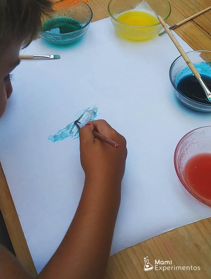 Pintando con pinceles con pintura de gelatina