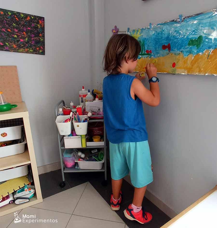 Pintando detalles en su lienzo de papel de aluminio sobre el verano