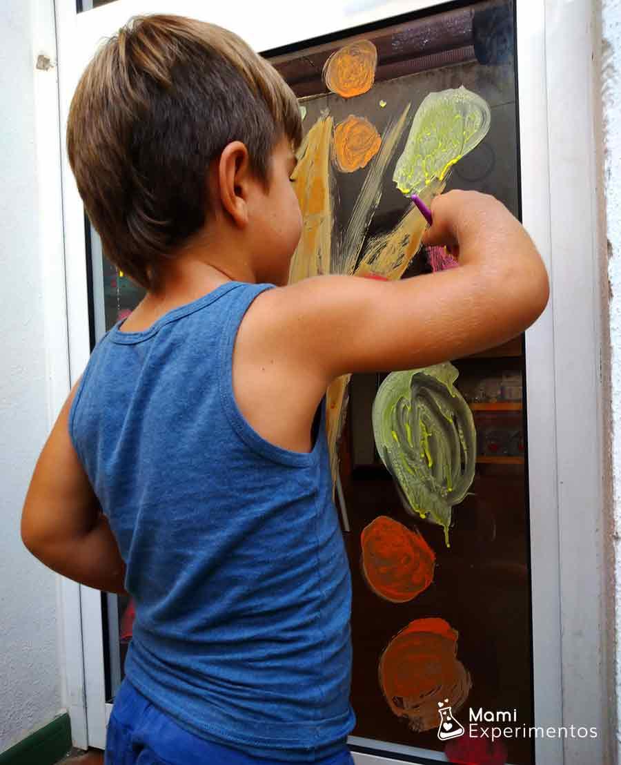 Pintando en la ventana hojas de otoño