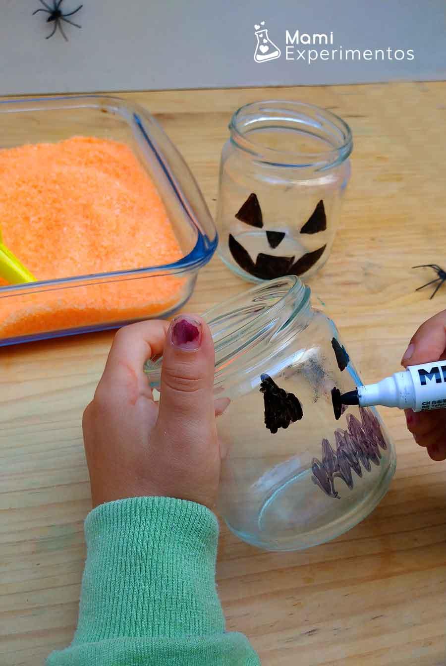 Pintando la cara en botes para calabazas halloween