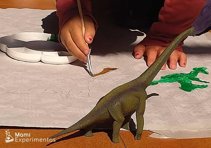 Pintando con témperas las sombras de los dinosaurios