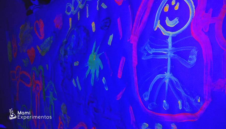 Pintando monstruos con luz negra en taller halloween