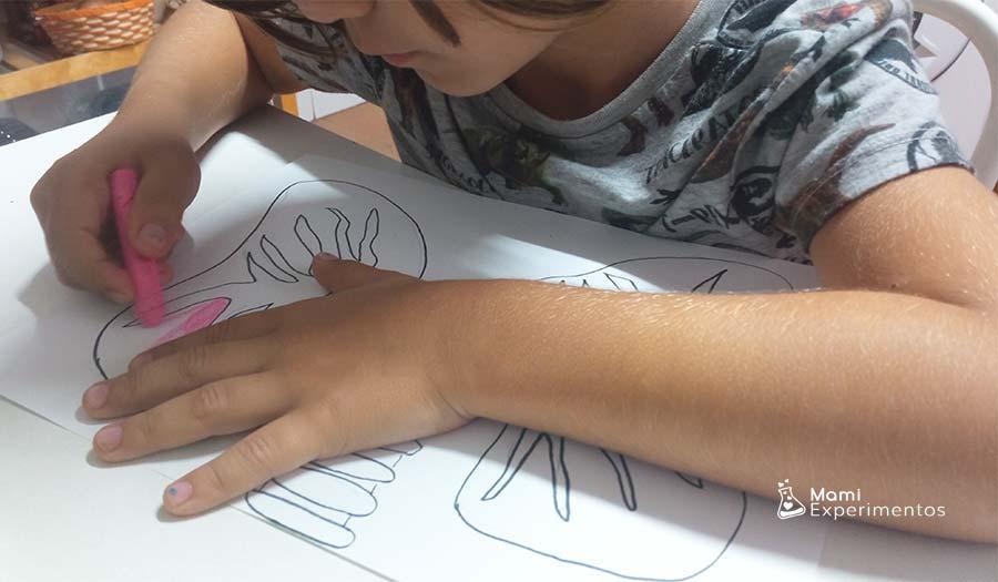 Pintando plantilla de pulmones para experimento como funcionan nuestros pulmones