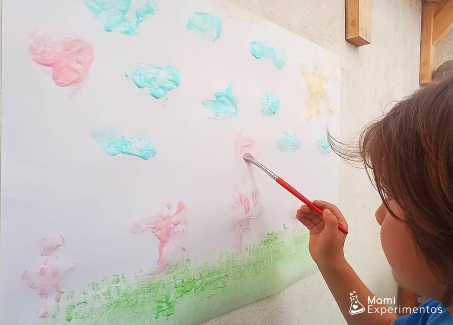 Pintando un paisaje con pintura de yogur no tóxica para bebes