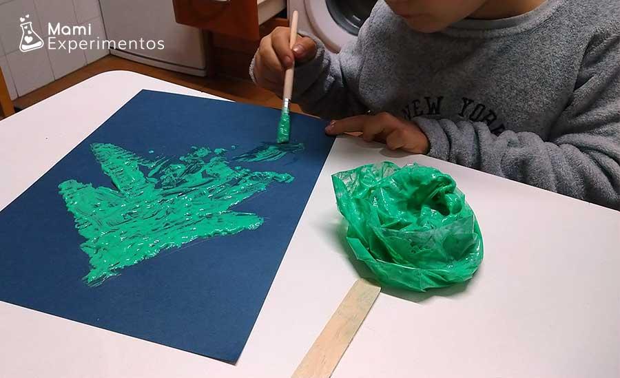 Pintar árbol de navidad con pintura en relieve de espuma de afeitar