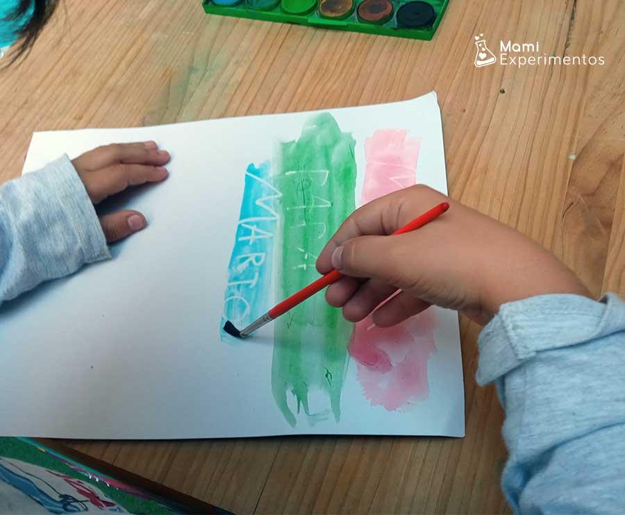 Pintar con acuarelas encima de cera blanca para descifrar mensaje