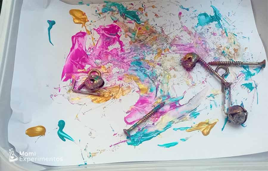Pintar con cascabeles y tornillos arte con imanes