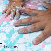 Actividad sensorial - pintar con maicena para bebés