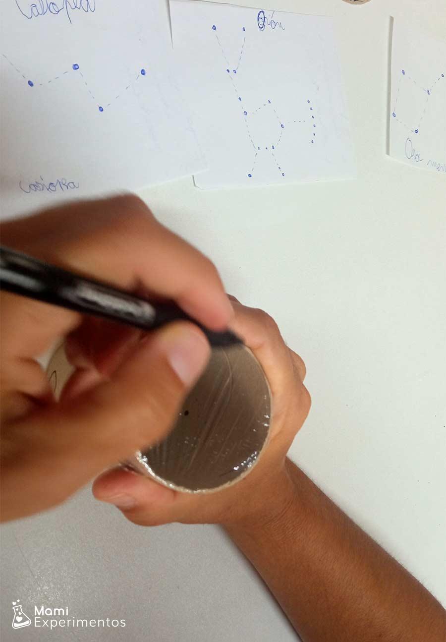 Pintar con permanente en papel film constelaciones para ser proyectadas