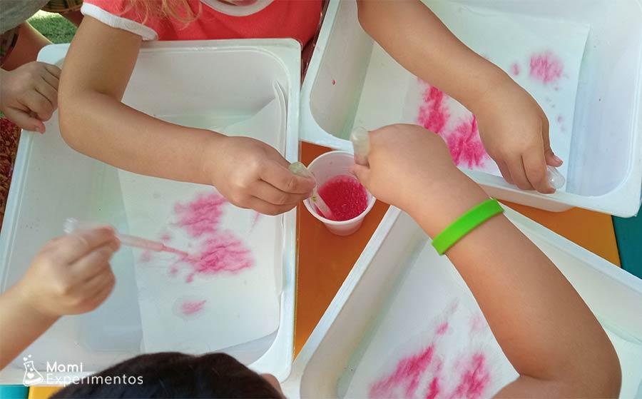 Pintar con pipetas y acuarelas líquidas en taller de verano