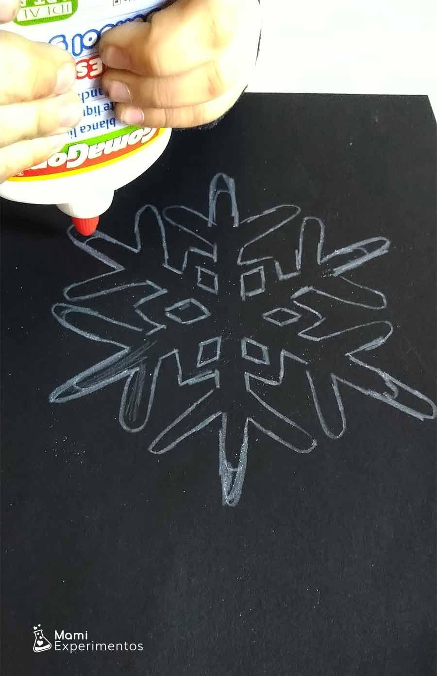 Pintar copo de nieve con cola blanca