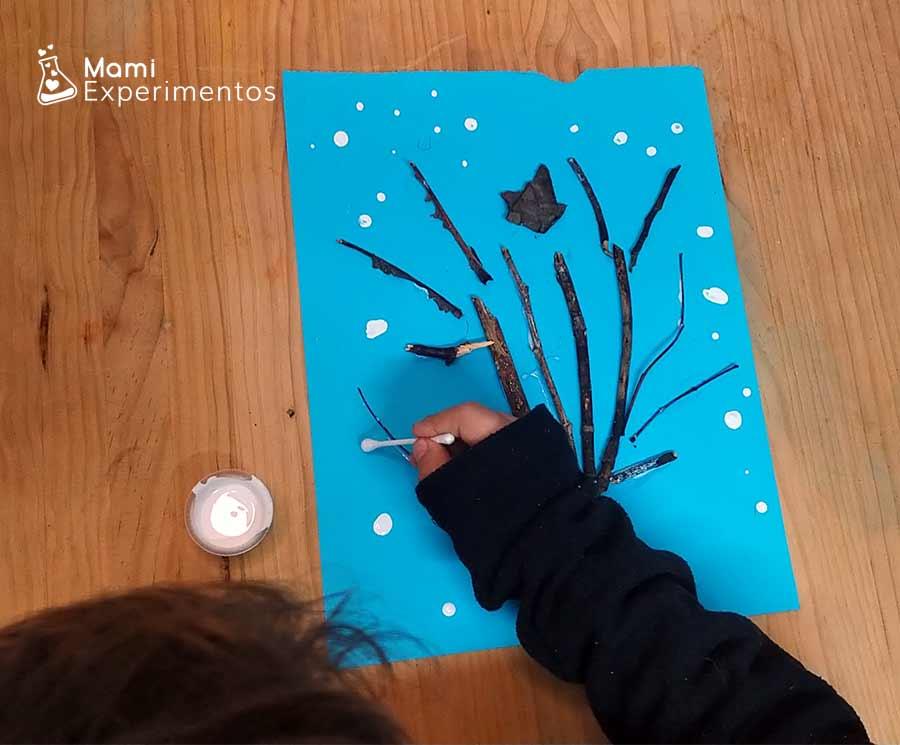 Pintar copos de nieve en cartulina con árbol de invierno artístico