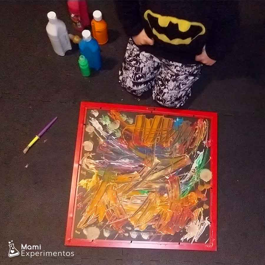 Pintar cuadro abstracto en el metacrilato para regalo del día del padre
