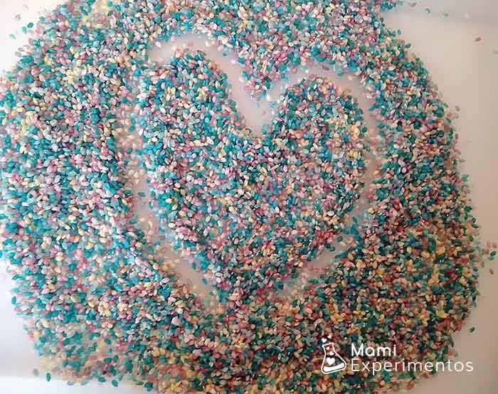 pintando corazones en arroz de colores