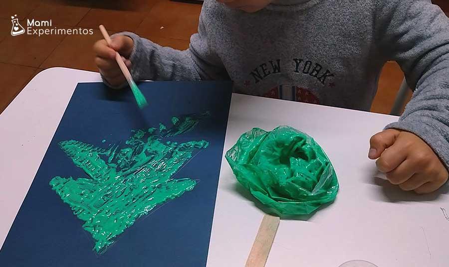 Pintura casera de espuma de afeitar y cola blanca pintando árbol de navidad