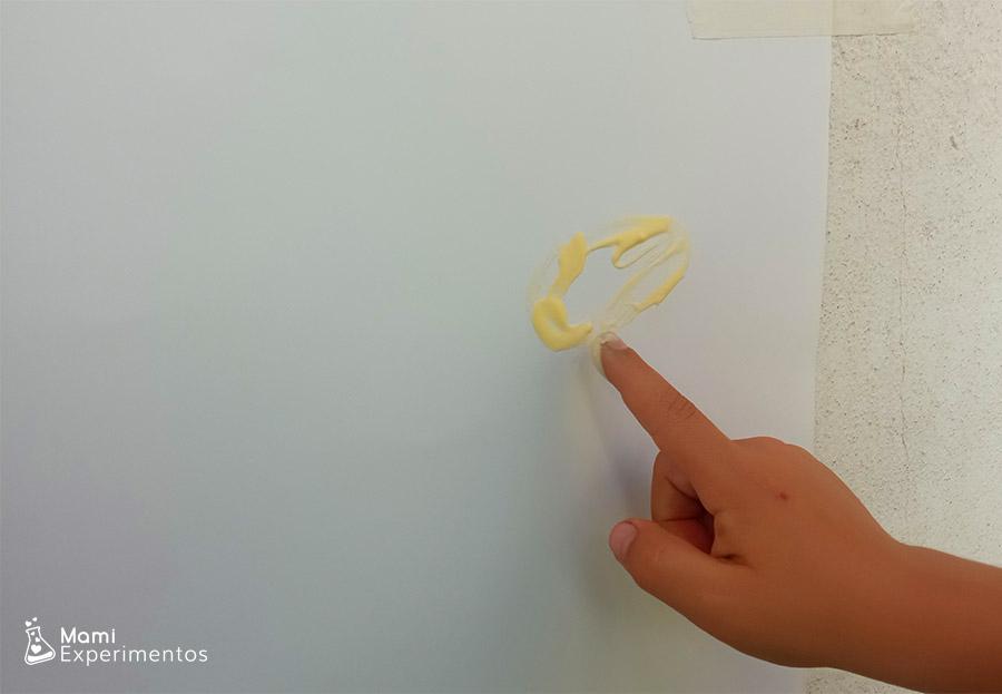 Pintura de dedos para bebés hecha con yogur no tóxica