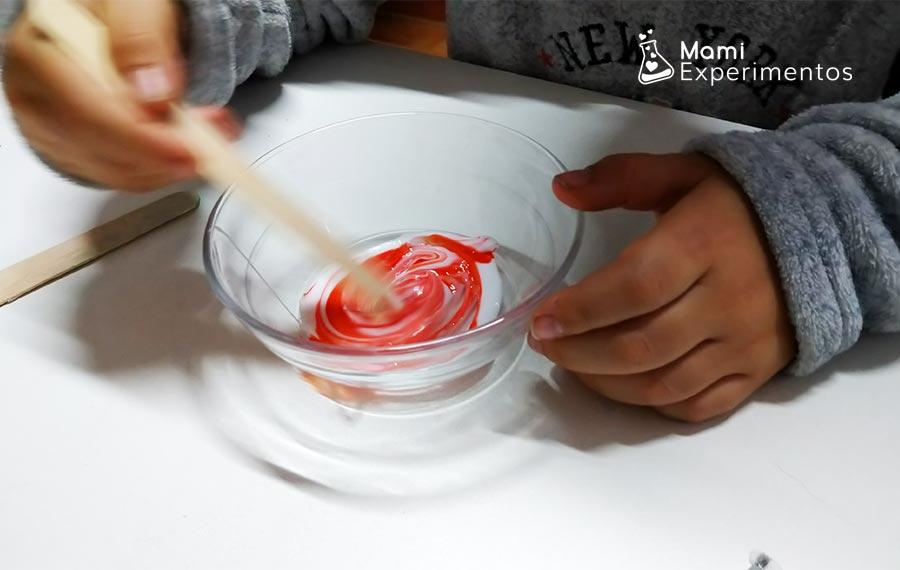 Hacer pintura en relieve para árbol de navidad con espuma de afeitar y cola blanca