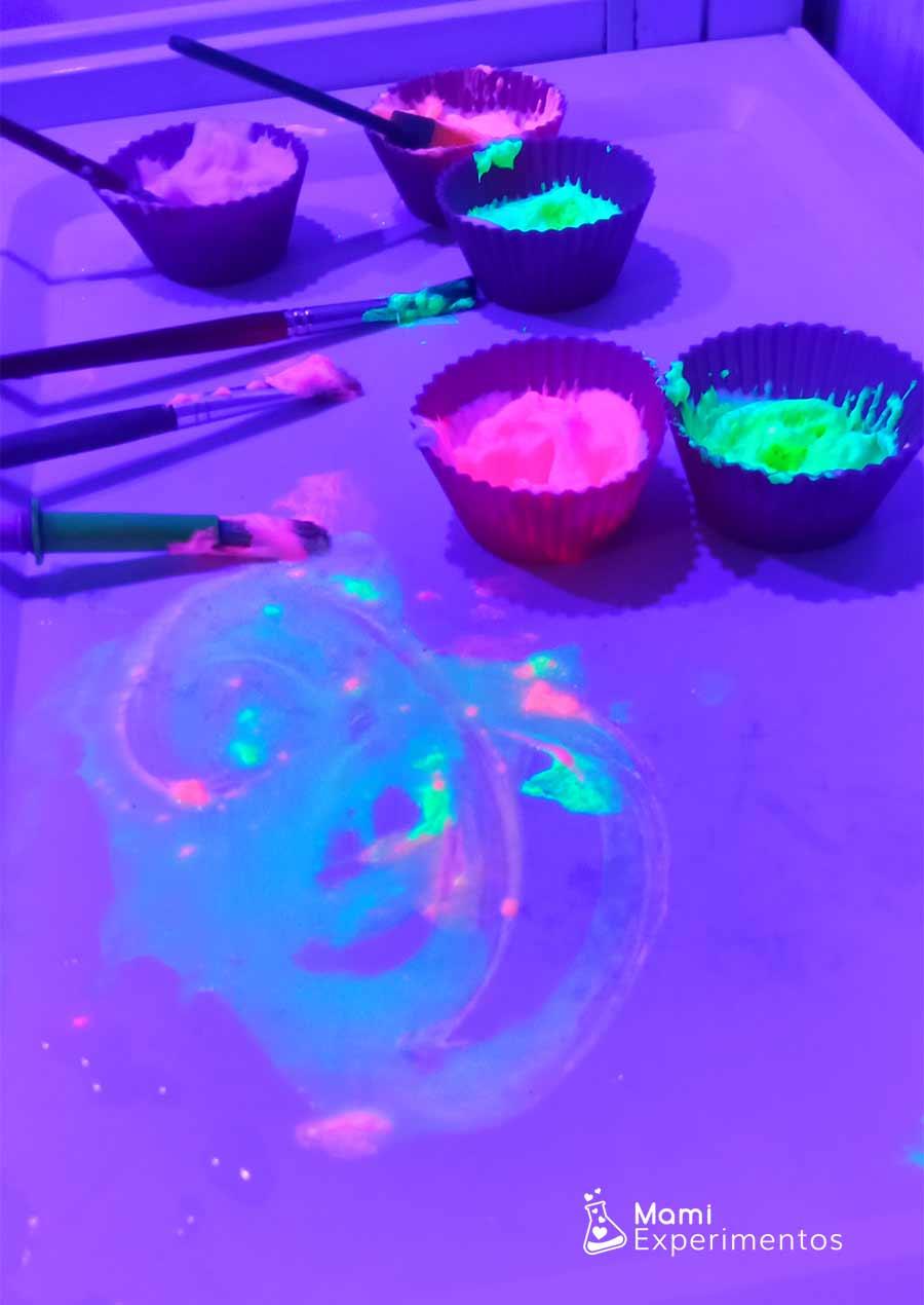 Pinturas fluorescentes y luz negra en la bañera