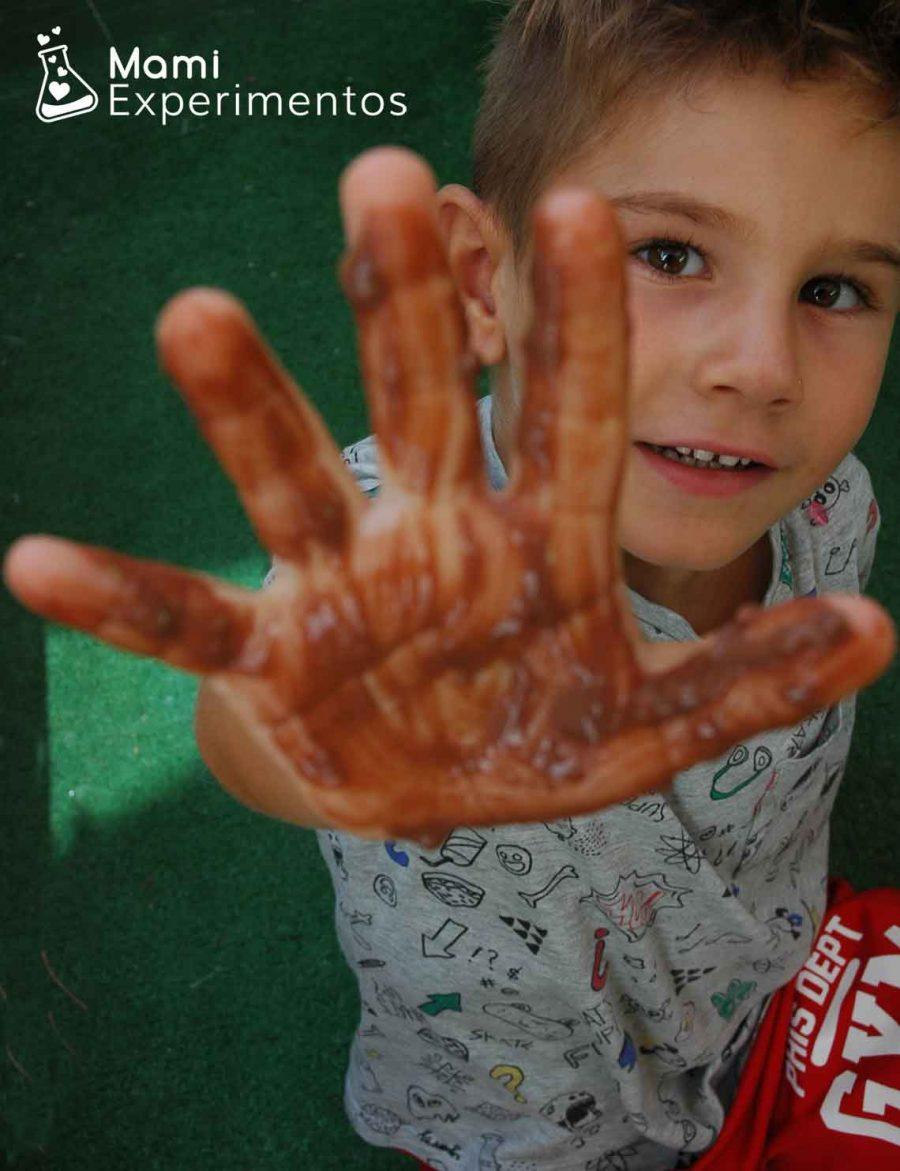 PIntando las manos con chocolate