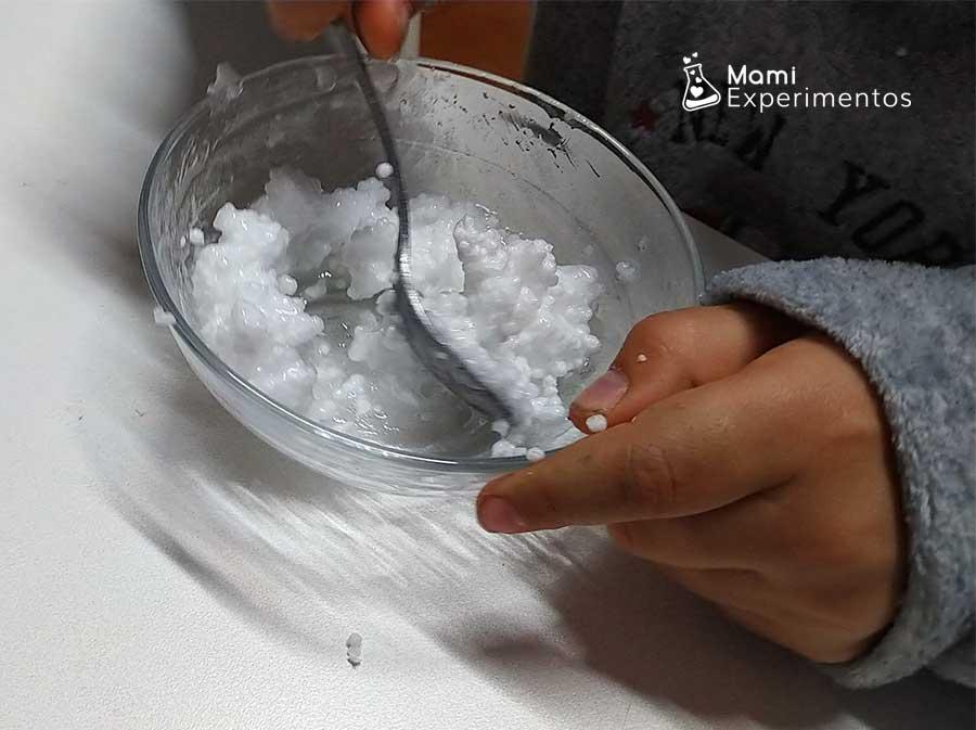 Poliespan y pegamento para slime crujiente de nieve
