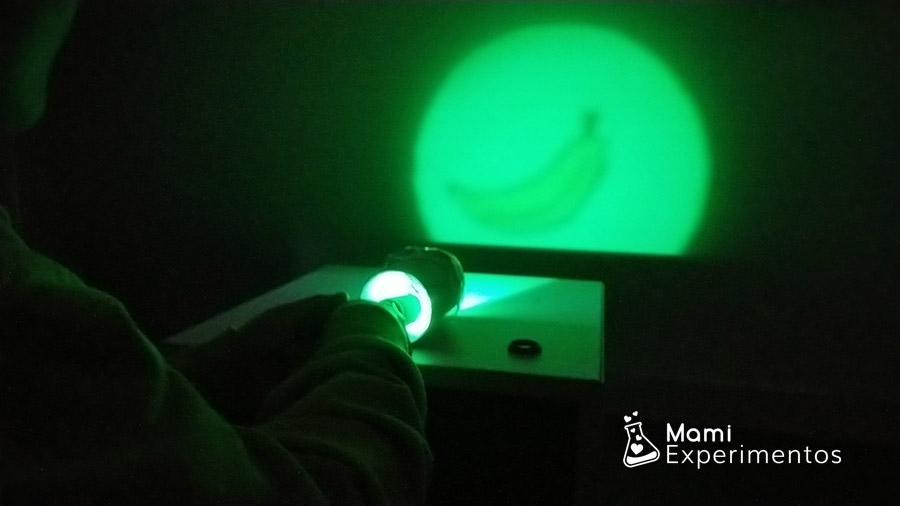 Proyectando con linterna color verde las frutas