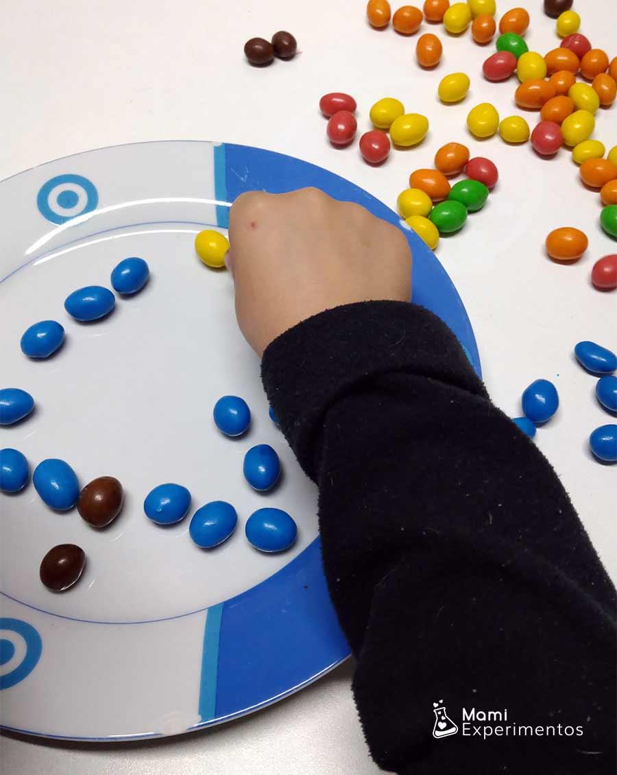 Preparando árbol de navidad con caramelos de colores