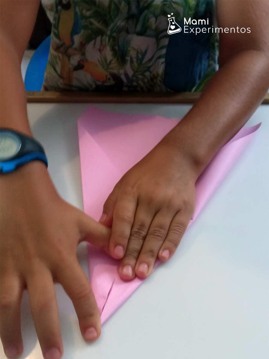 Preparando avión color rosa aprender física con aviones de papel