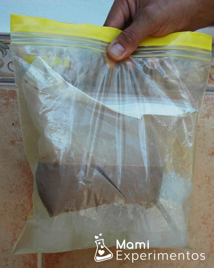 Colocar la bolsa del cacao dentro de la bolsa de hielo