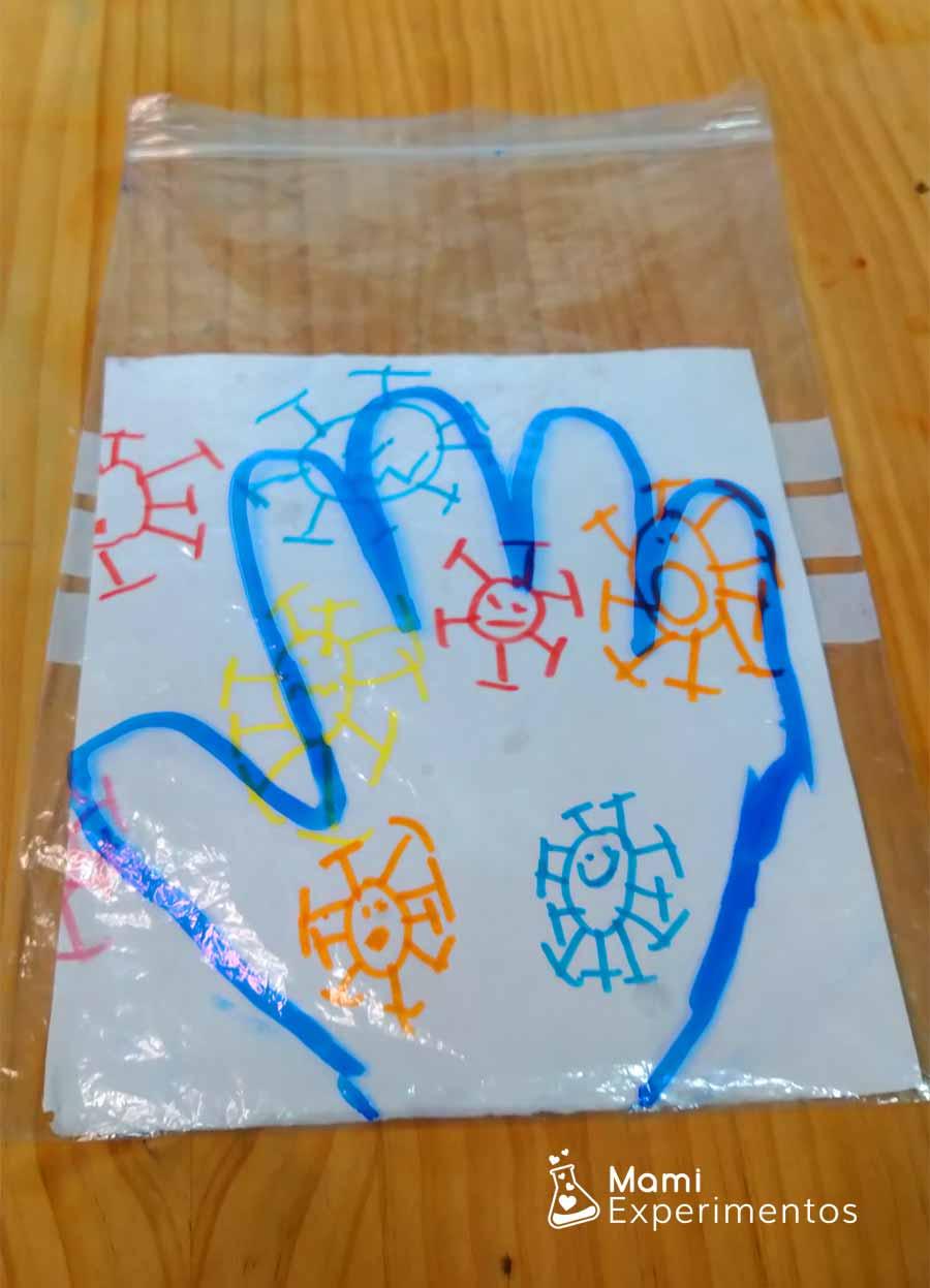 Bolsa zip preparada con mano dibujada y virus en su interior