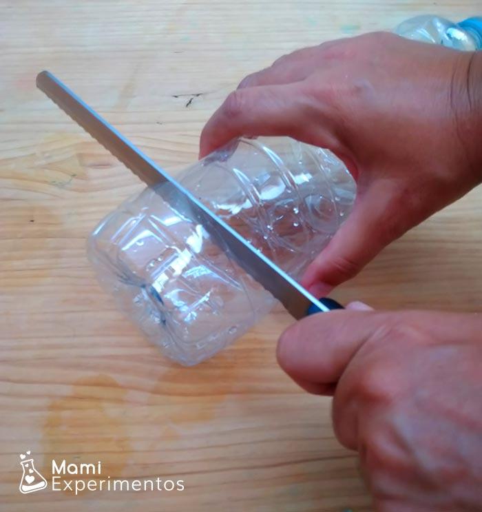 Preparando botella para experimento guante que se infla solo
