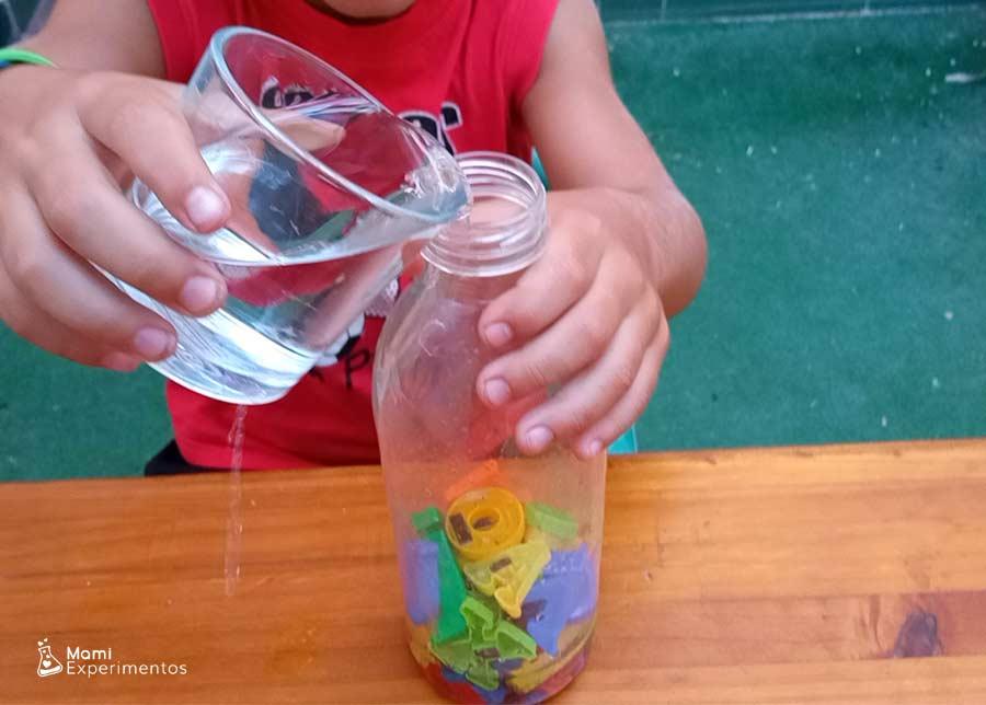 Preparando botella sensorial alfabeto incluyendo agua