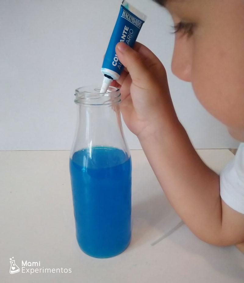 Preparando agua con color azul