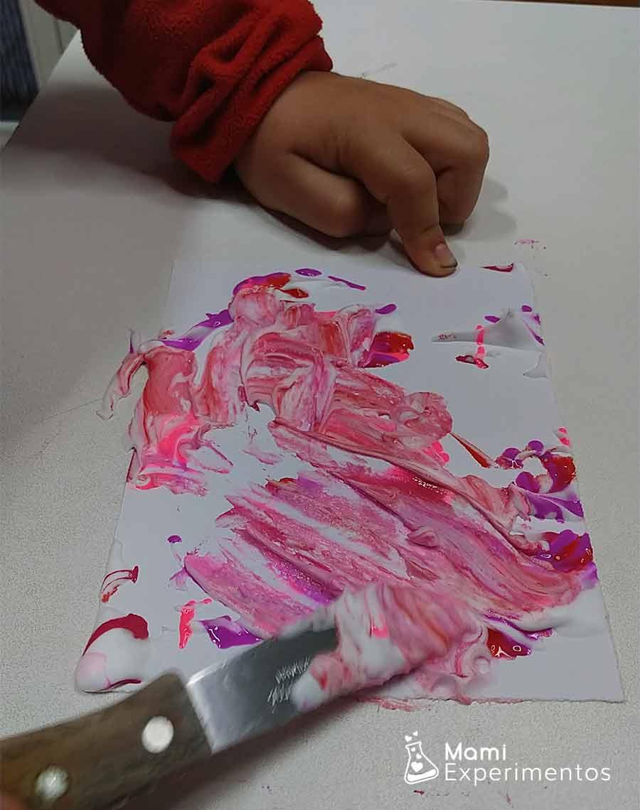 Preparando corazones con arte creativo espuma de afeitar