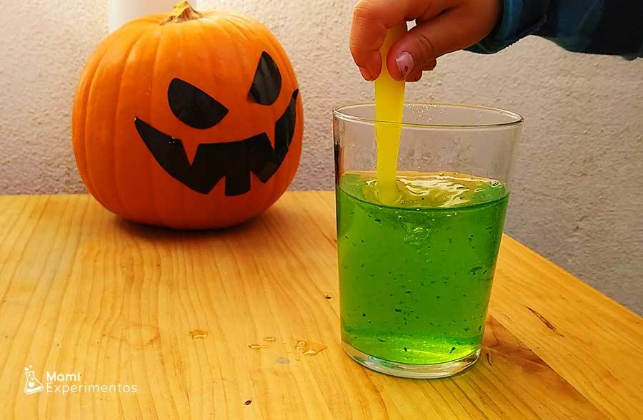 Preparando gelatina para manos de zombies de halloween