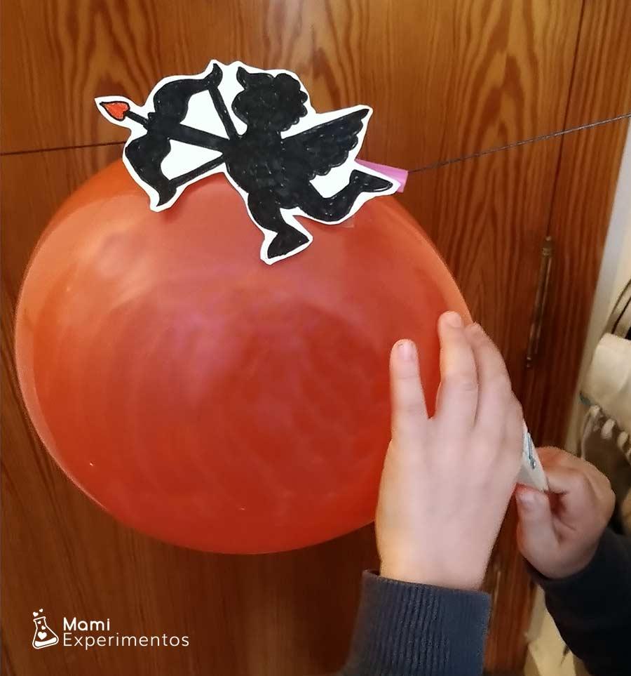 Preparando globo de Cupido volador