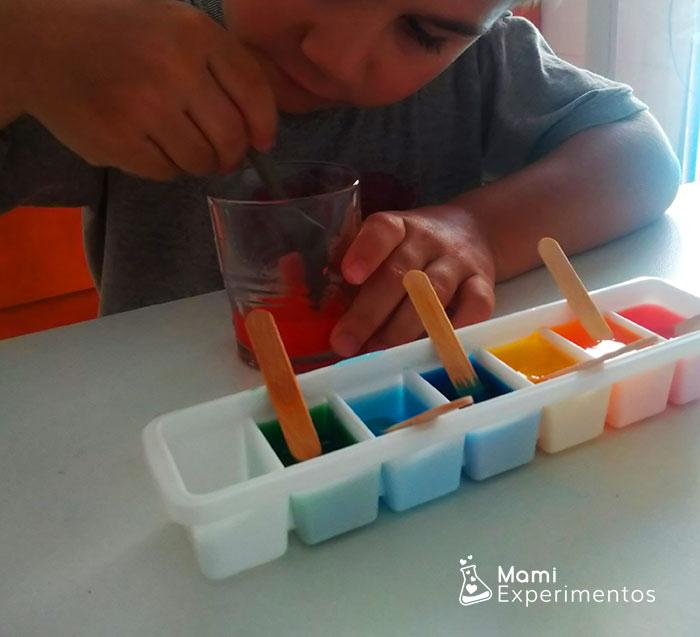 Preparando hielos de colores para pintar