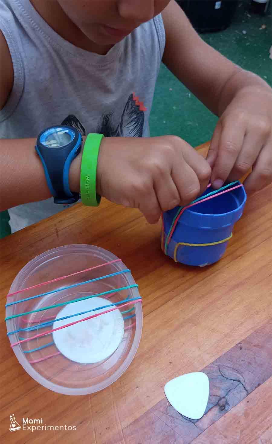 Preparando instrumentos musicales caseros para descubrir ciencia del sonido