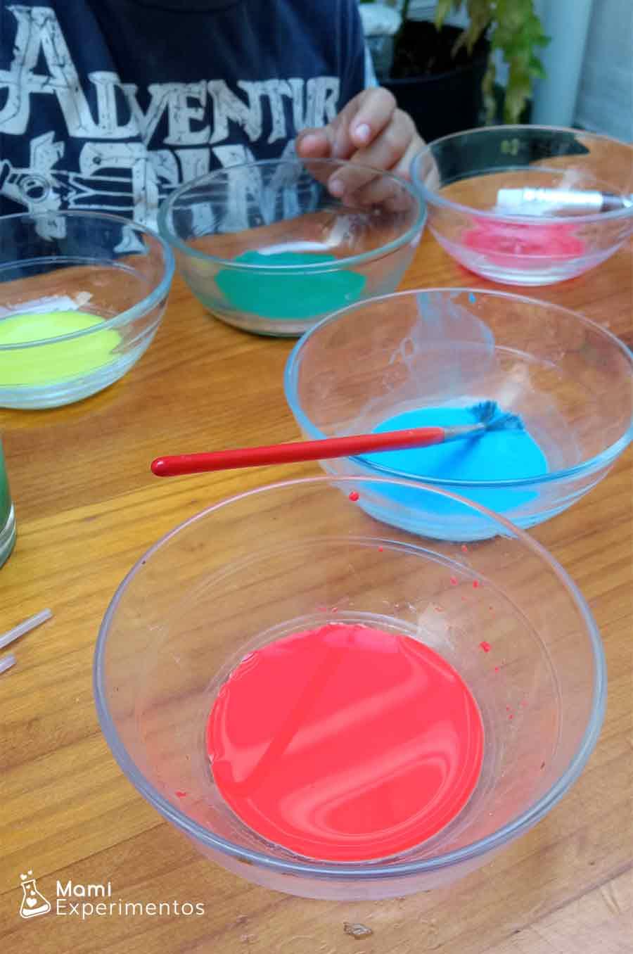 Preparando las acuarelas con agua para pintar en papel de cocina