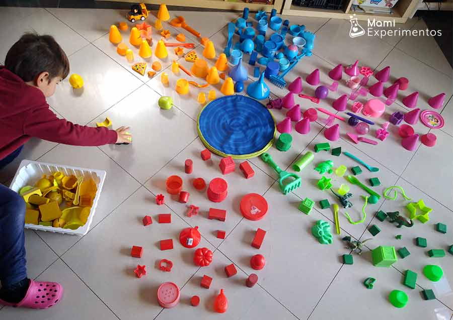 Preparando pétalo amarillo flor gigante con objetos de colores